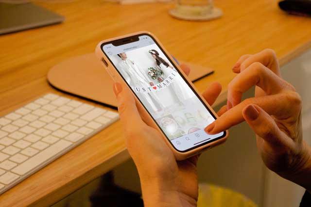 スマホで検索している女性イメージ画面